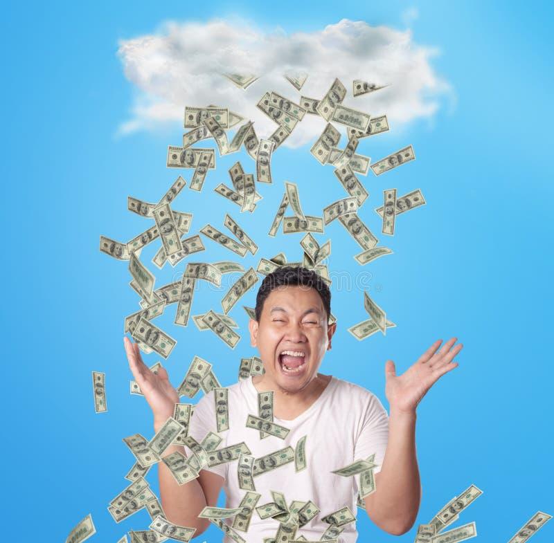 Jeune homme sous la pluie de l'argent images libres de droits