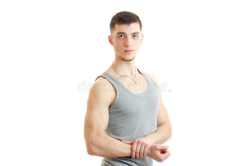 Jeune homme sportif dans des poses de T-shirt sur l'appareil-photo photographie stock