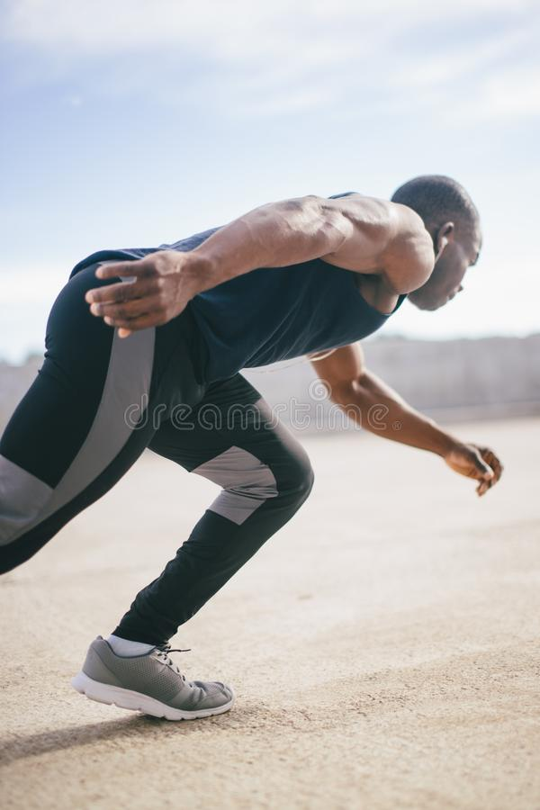 Jeune homme sportif en bonne santé courant à la route photos stock
