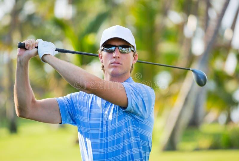 Jeune homme sportif jouant le golf photo libre de droits
