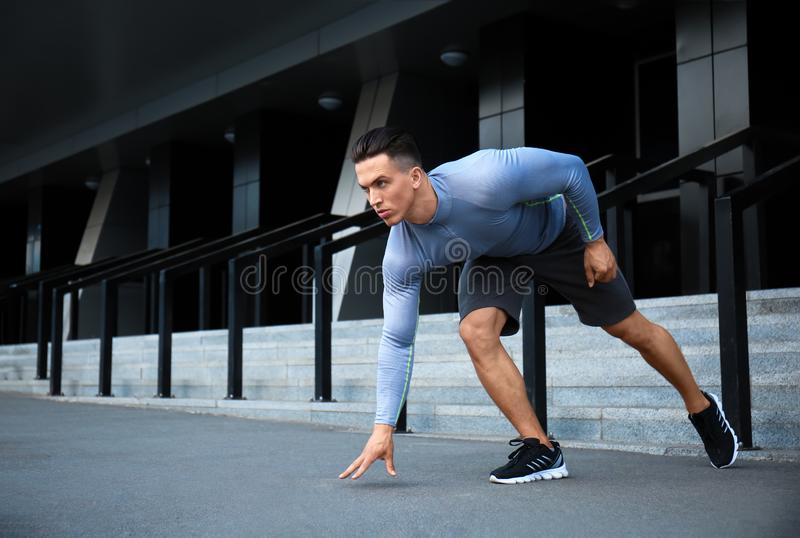 Jeune homme sportif s'exerçant dehors photos stock