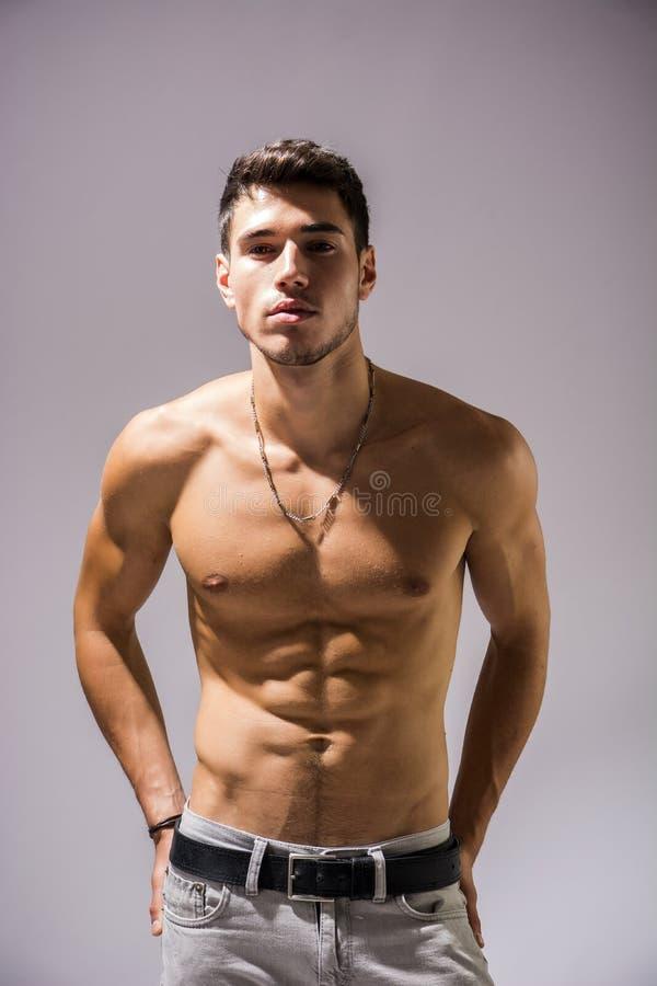 Jeune homme sportif sans chemise beau sur le blanc photos libres de droits