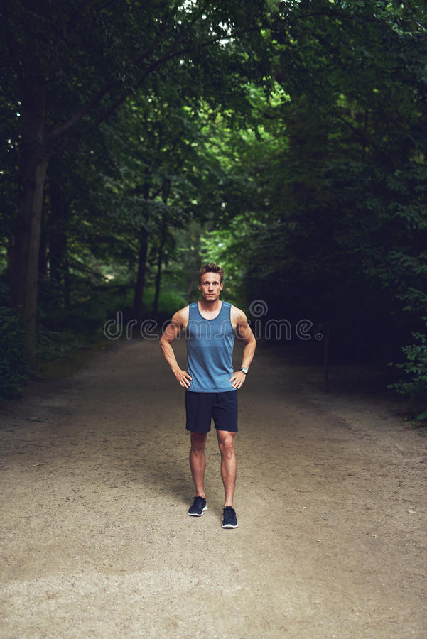 Jeune homme sportif se tenant attendant en parc photo stock