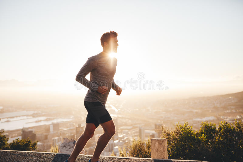Jeune homme sur la course de matin image stock
