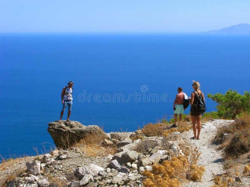 Jeune homme sur la falaise au-dessus de la mer, Grèce, Santorini photos stock