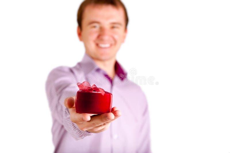 Jeune homme te donnant un cadeau photographie stock libre de droits