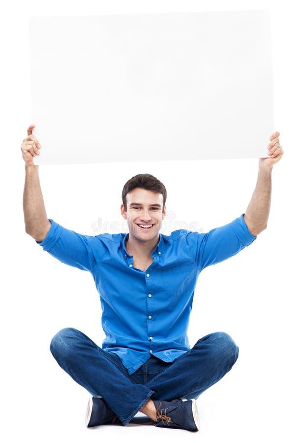 Jeune homme tenant l'affiche au-dessus de sa tête photos libres de droits