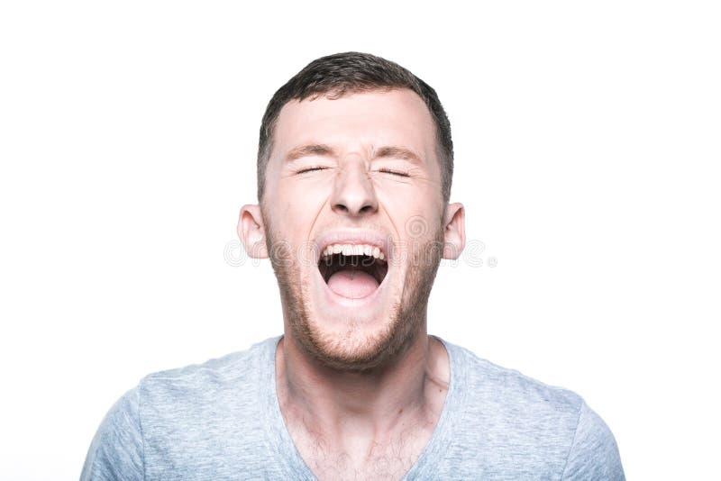 Jeune homme très fâché criant photos libres de droits