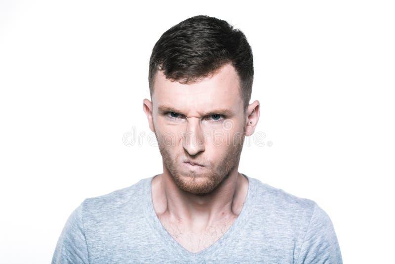 Jeune homme très fâché sur whited photographie stock