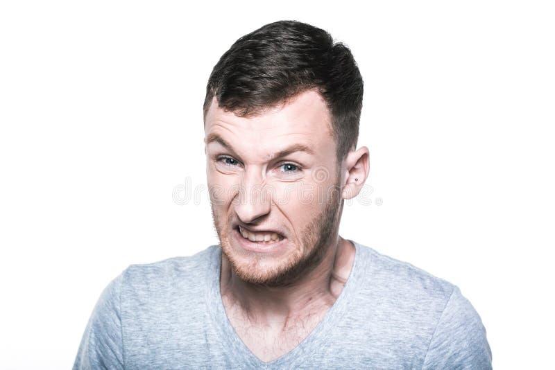 Jeune homme très fâché sur whited photo stock