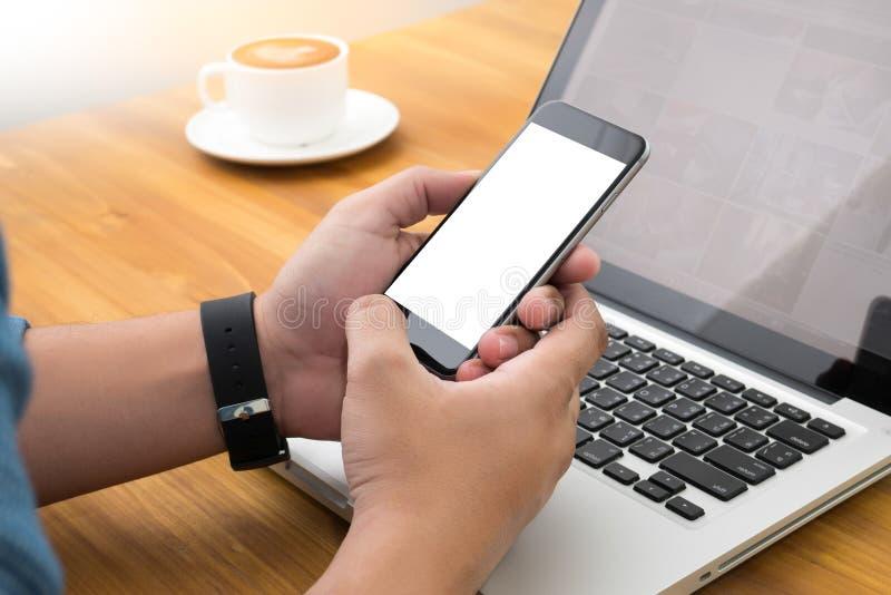Jeune homme travaillant de la maison utilisant le téléphone intelligent images libres de droits