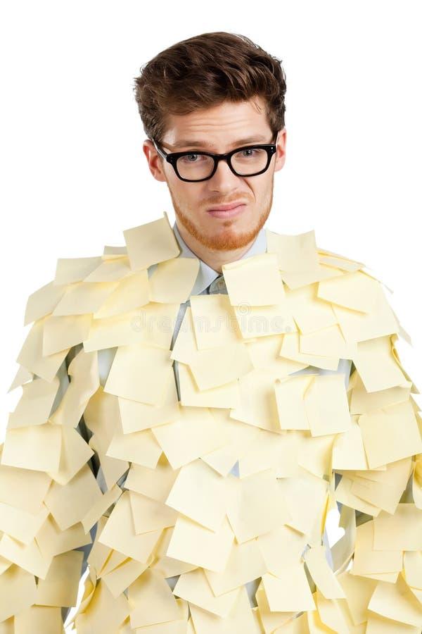 Jeune homme triste avec des glaces couvertes de notes collantes jaunes photographie stock