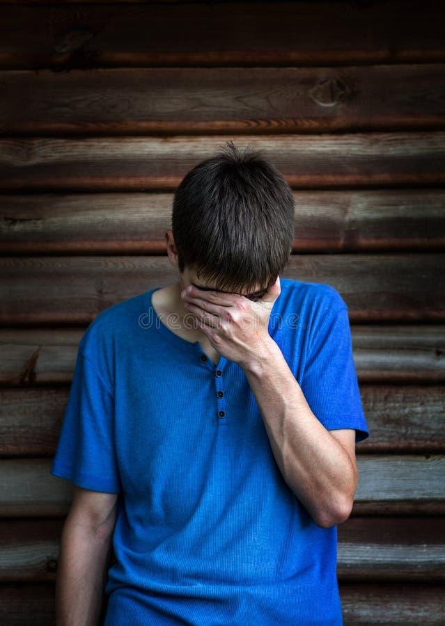 Jeune homme triste extérieur photographie stock