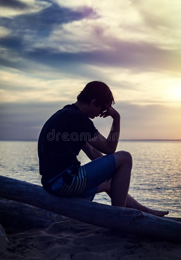 Jeune homme triste photos libres de droits