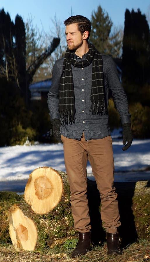 Jeune homme utilisant dehors une écharpe image libre de droits