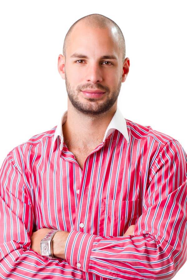 Jeune homme utilisant la chemise rayée rouge et regardant l'appareil-photo photographie stock libre de droits