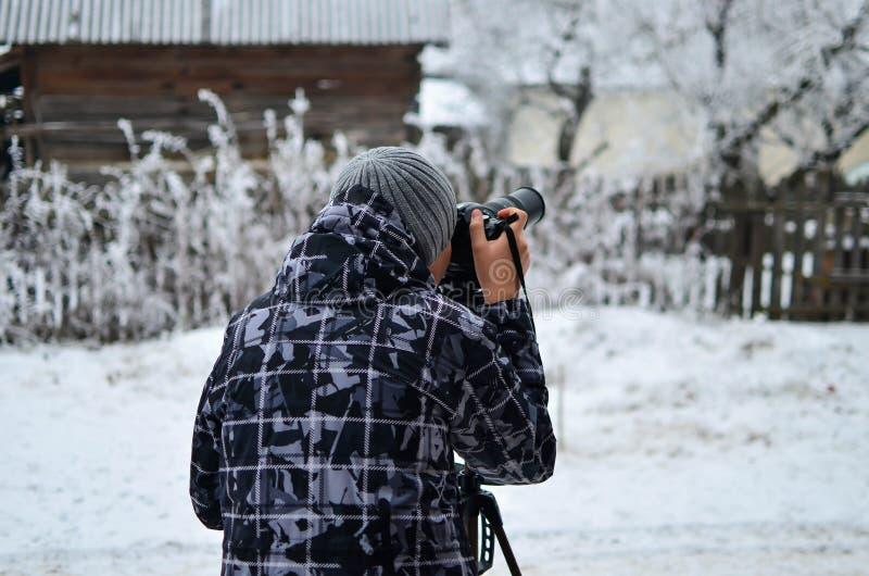 Jeune, inconnu photographe prenant les photos extérieures photo stock