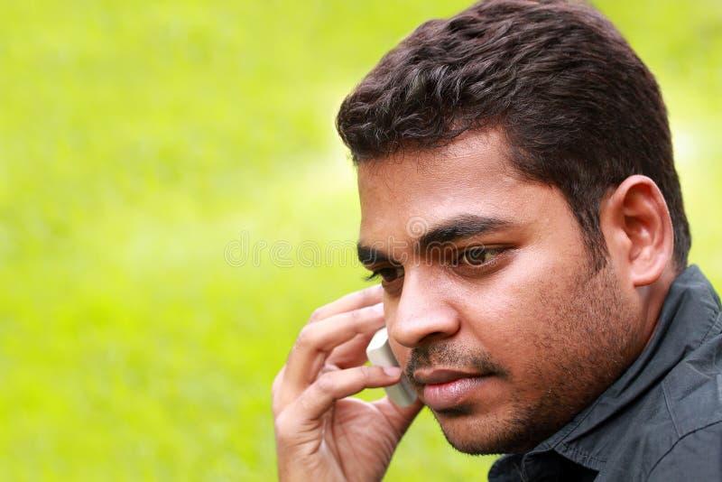 Jeune Indien élégant bel parlant un téléphone portable photo stock