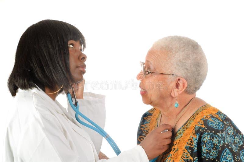 Jeune infirmière ou docteur d'afro-américain photographie stock libre de droits