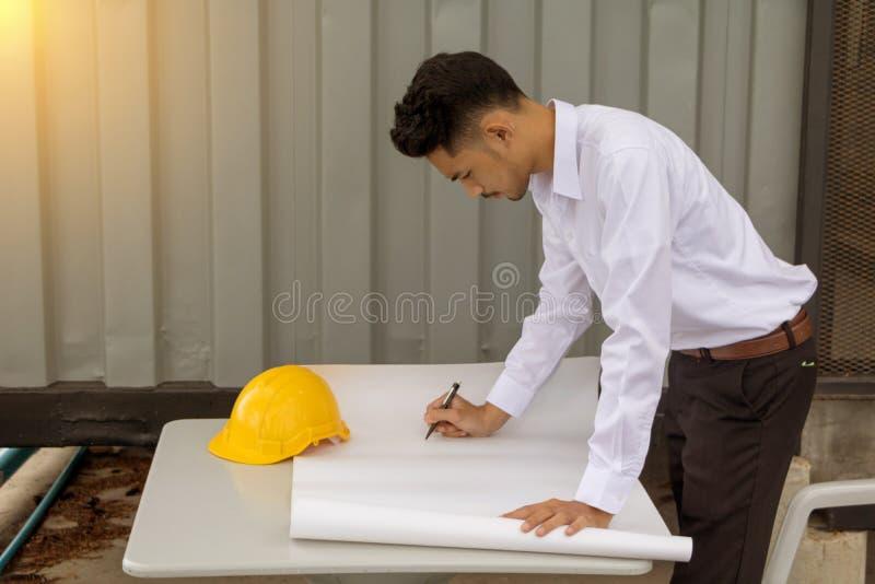 Jeune ingénieur d'homme de l'Asie photo stock