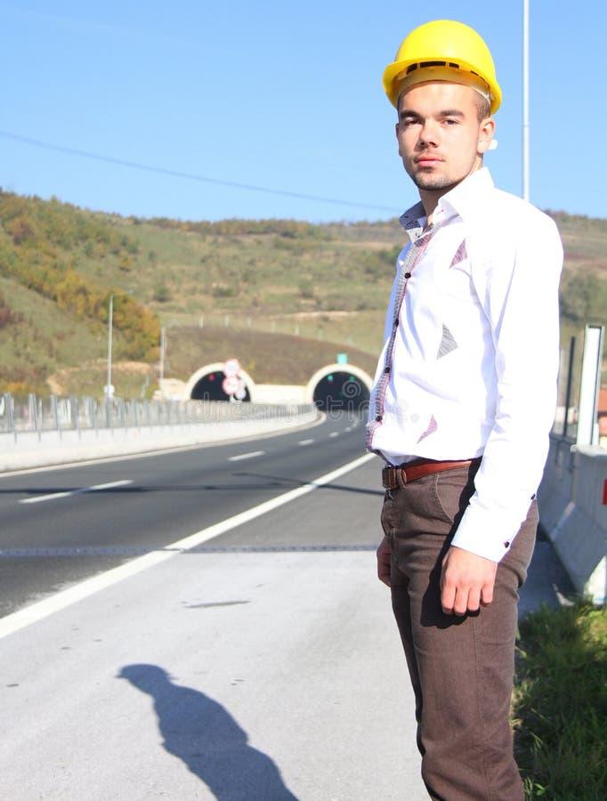 Jeune ingénieur près du tunnel photographie stock