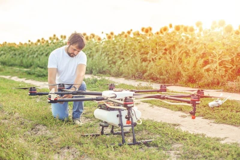 Jeune ingénieur préparant le bourdon d'agriculture avant de voler photo stock