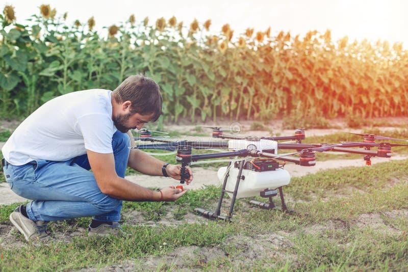 Jeune ingénieur préparant le bourdon de surveillance dans le domaine photo libre de droits