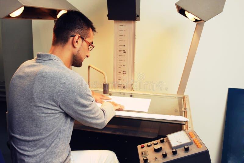Jeune ingénieur travaillant sur un projet image stock