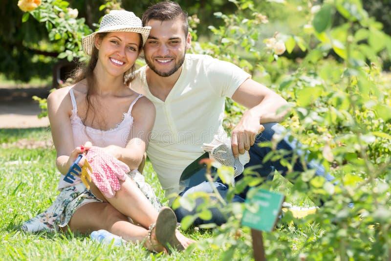 Jeune jardinage de couples images stock
