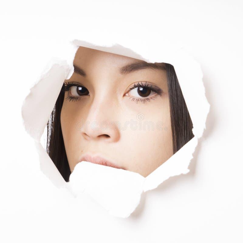 Jeune jeter un coup d'oeil asiatique de femme photo stock