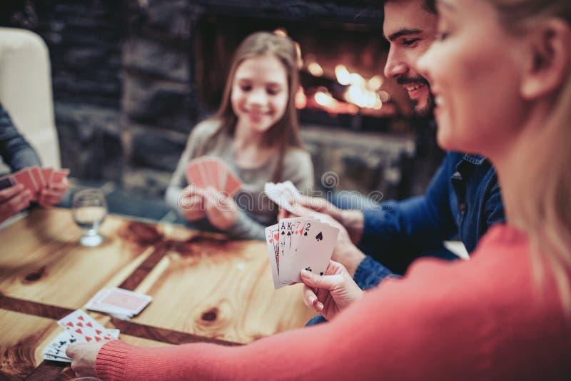 Jeune jeu de carte de jeu de famille photo libre de droits
