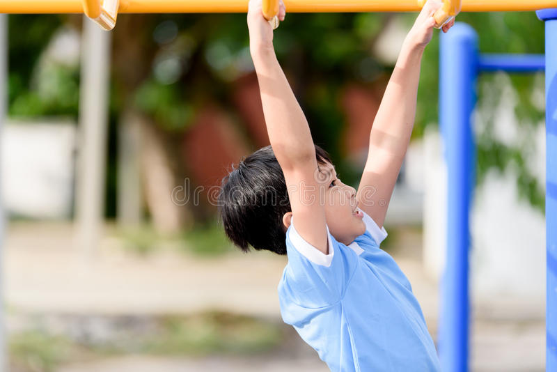 Jeune jeu de garçon avec la barre jaune photos libres de droits