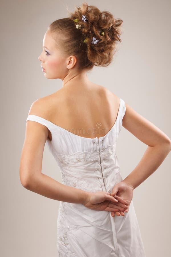 Jeune jeune mariée élégante image stock
