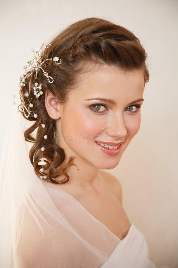 Jeune jeune mariée avec du charme photo stock