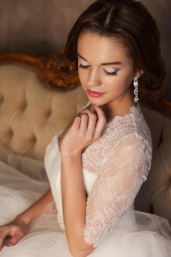 Jeune jeune mariée dans une belle robe blanche images stock