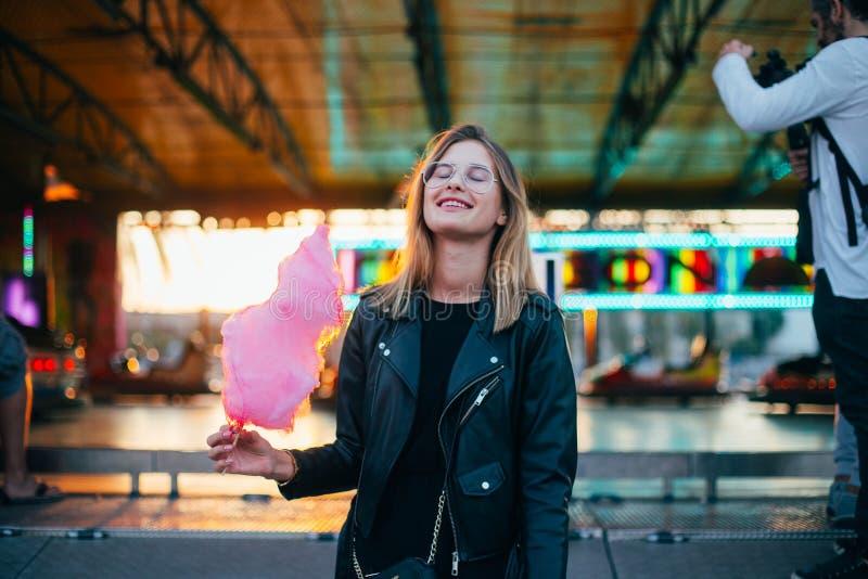 Jeune joli blogger de femme avec la sucrerie de coton images stock