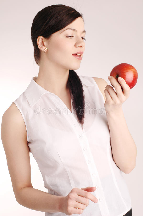 Jeune joli femme avec la pomme rouge image libre de droits