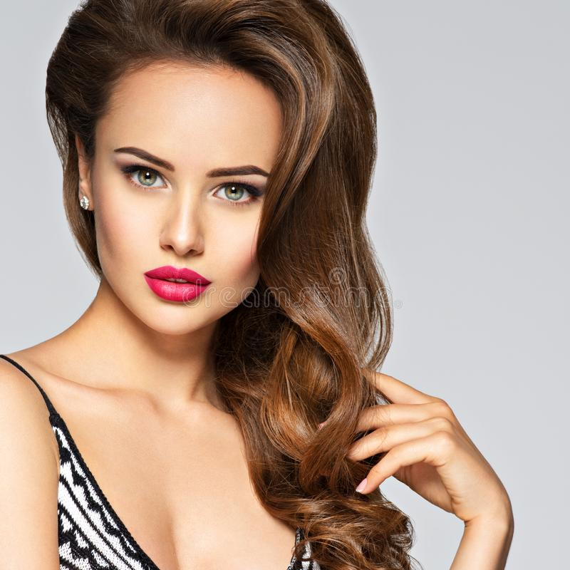 Jeune joli femme avec le long cheveu image stock
