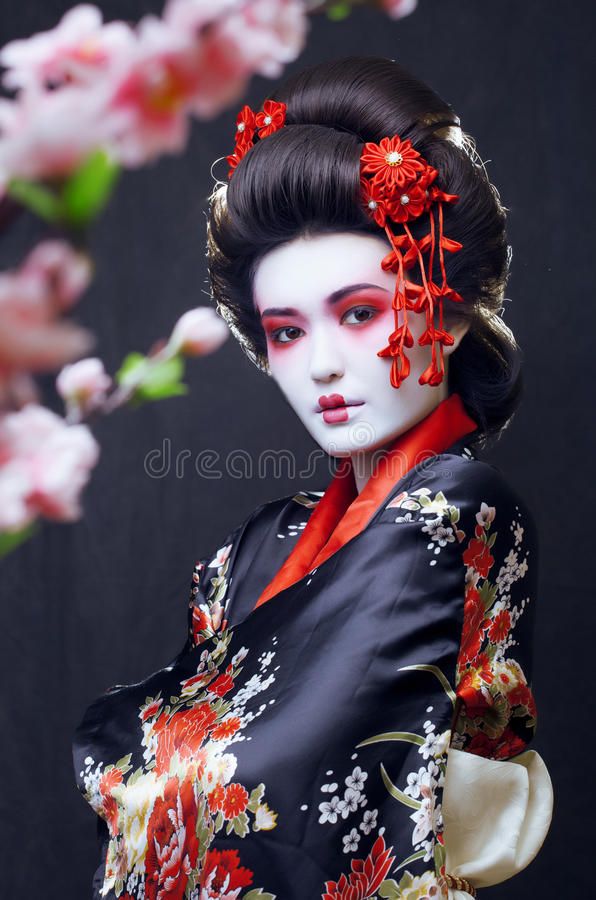 Jeune joli geisha dans le kimono image libre de droits