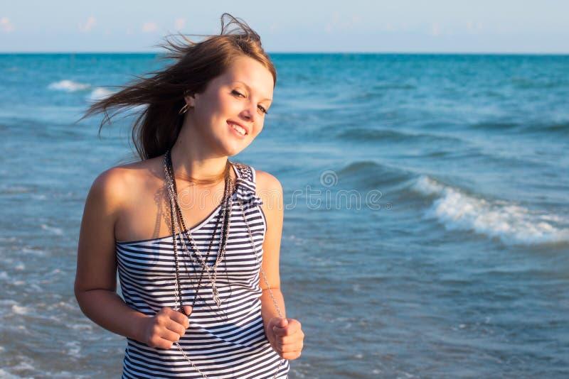 Jeune joli sourire de fille images stock