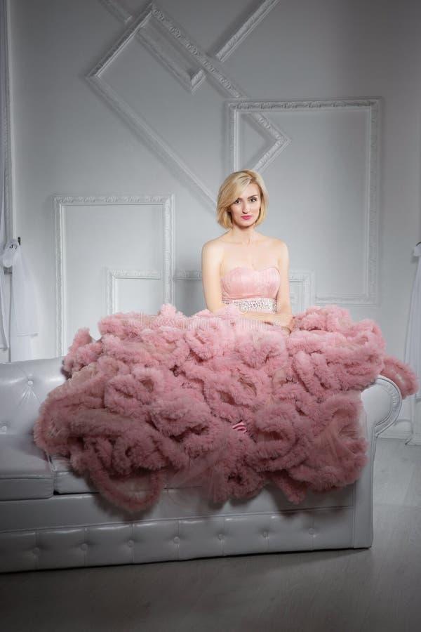 Jeune jolie blonde posant dans le studio photos stock