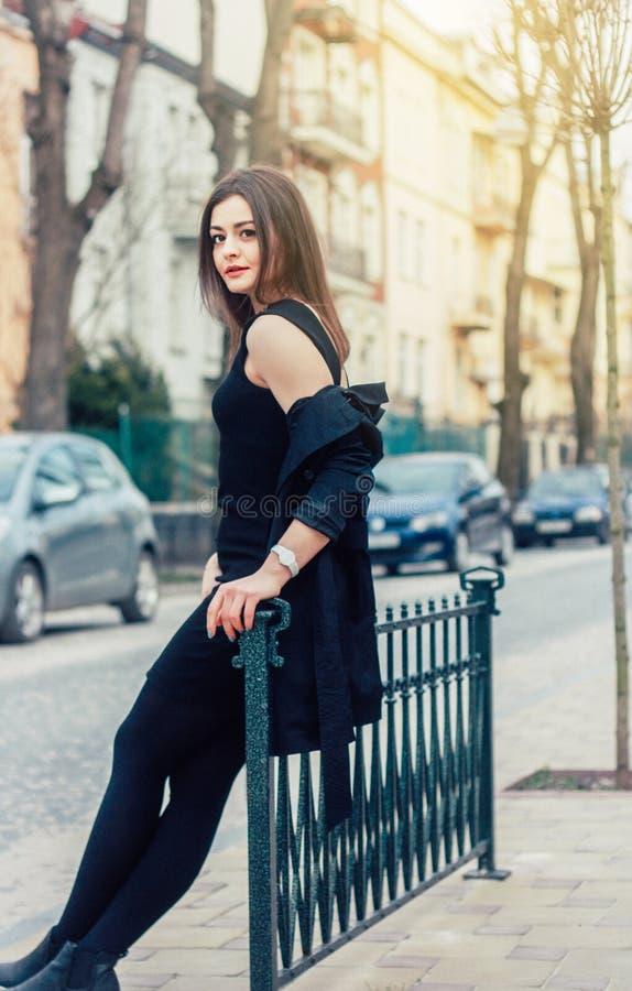 Jeune jolie femme à la rue Style classique de vêtements, regard naturel photographie stock