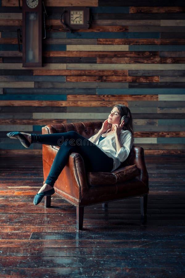 Jeune jolie femme écoutant la musique photographie stock