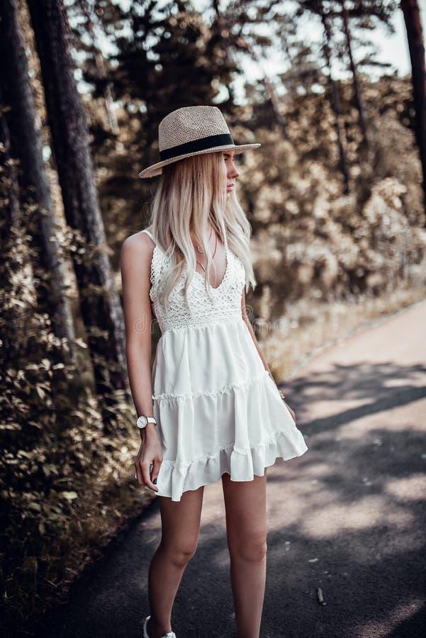 Jeune jolie femme élégante en posant dehors photo libre de droits