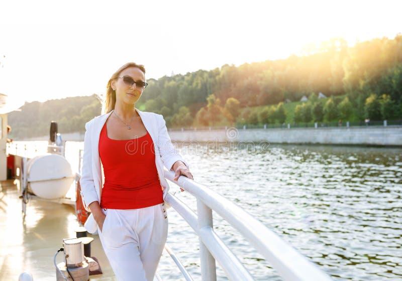 Jeune jolie femme appréciant la vue sur la plate-forme de bateau de croisière images stock