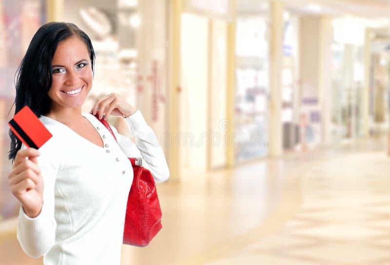 Jeune jolie femme au centre commercial photographie stock
