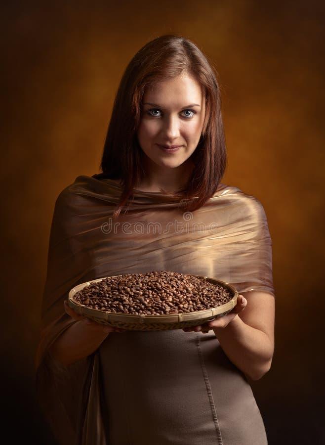 Download Jeune Jolie Femme Avec Des Grains De Café Image stock - Image du reniflement, panier: 76083989