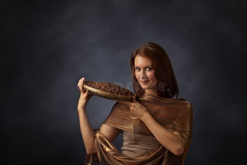 Download Jeune Jolie Femme Avec Des Grains De Café Photo stock - Image du humain, collecte: 76084064