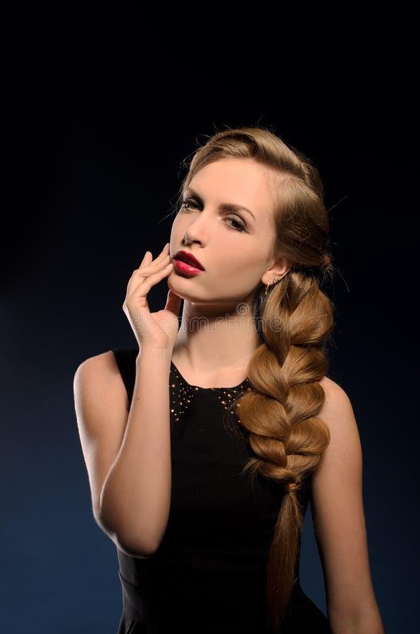 Jeune jolie femme avec la tresse photographie stock libre de droits