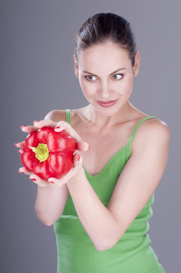 Jeune jolie femme avec le poivron rouge photographie stock libre de droits